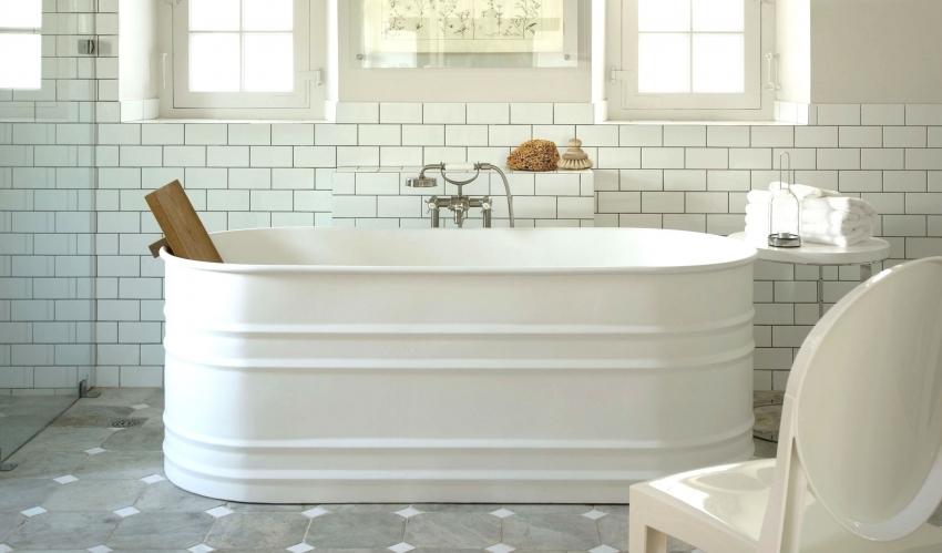 Керамические ванны довольно хрупкие, поэтому зачастую внешне оформляются с помощью других материалов, таких как сталь, медь или плитки-мозаики