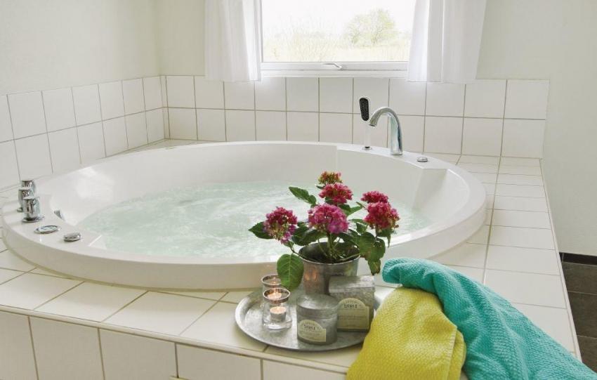 Акриловые ванны могут быть оснащены функциями гидромассажа, ароматерапии и самоочищения