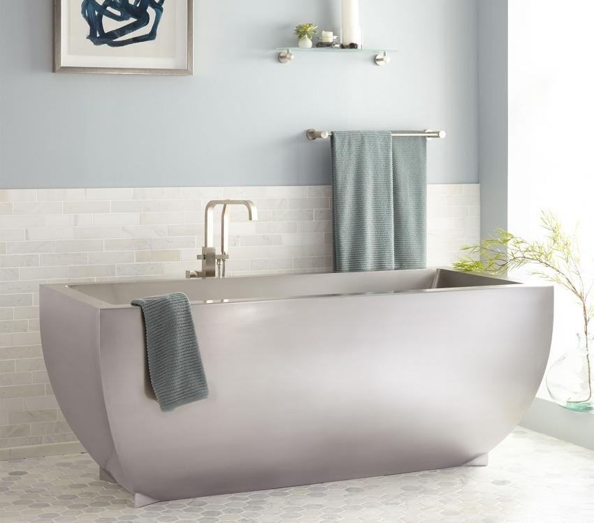 При выборе ванны важно учитывать ее габариты и размещение коммуникаций