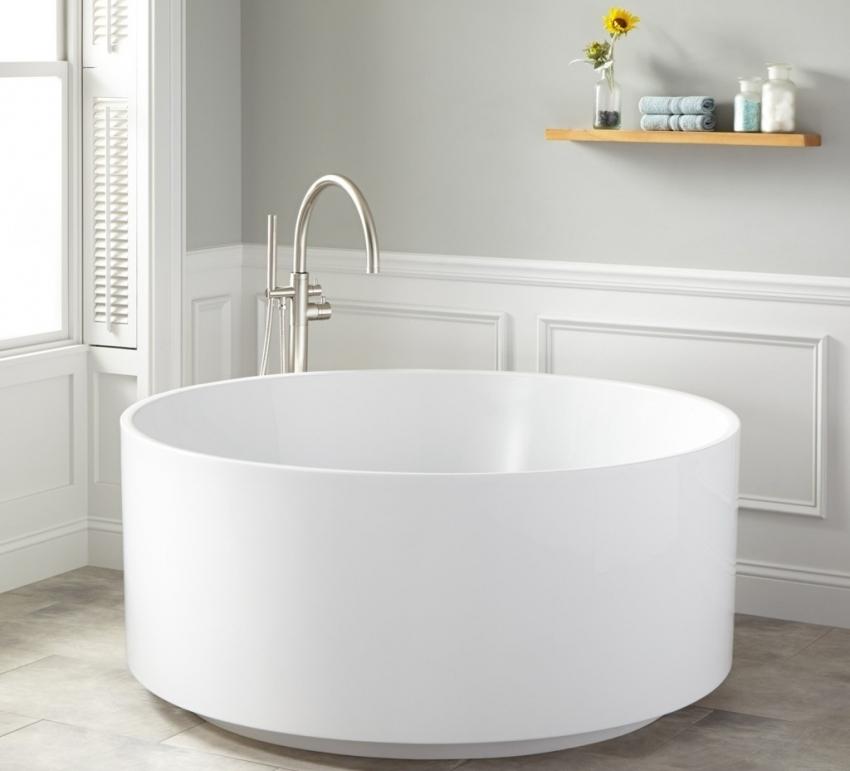 Для небольших ванных можно использовать маленькую глубокую ванну круглой или овальной формы
