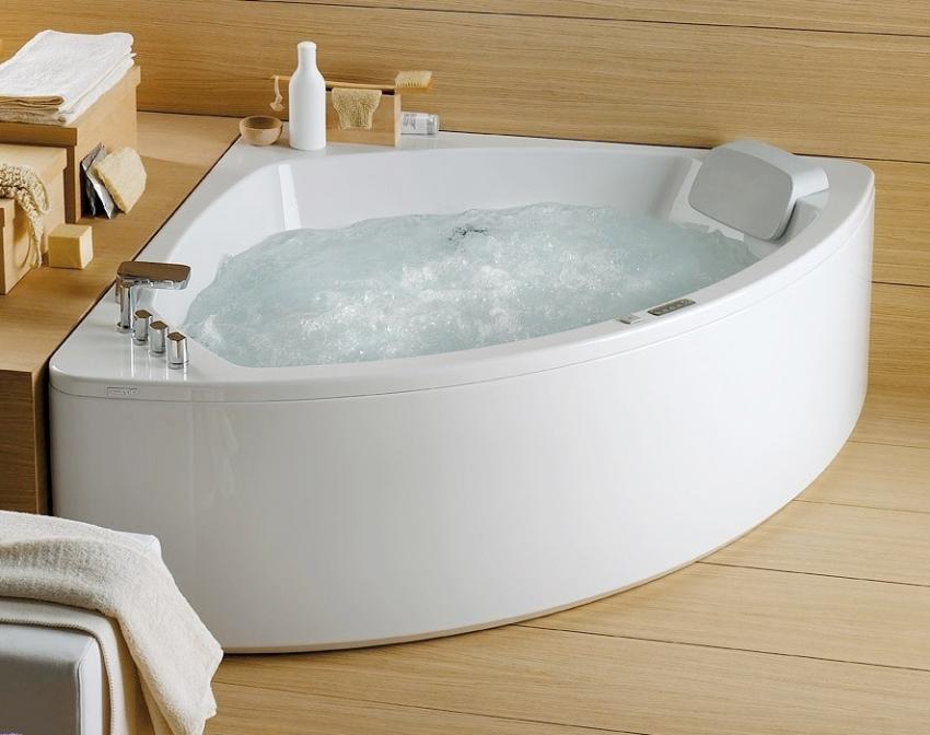 Угловые ванны оснащены удобной полочкой для косметических средств