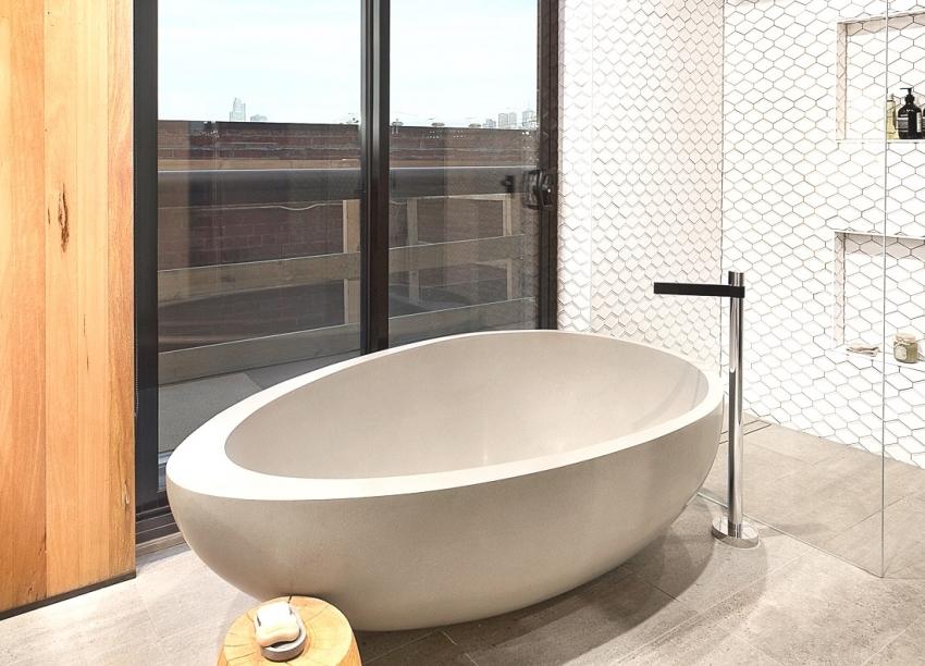 Небольшая ванна интересной формы способна украсить интерьер ванной комнаты