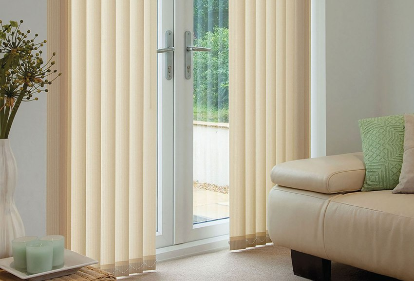 Вертикальные жалюзи удобно использовать для оформления дверных проемов