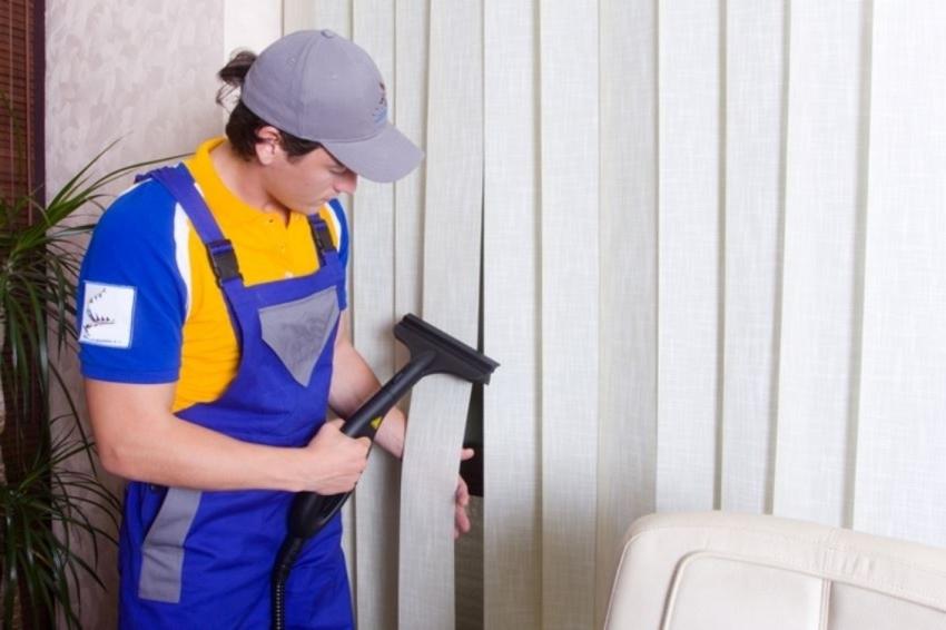 Чистить тканевые жалюзи можно как сухим, так и влажным способом