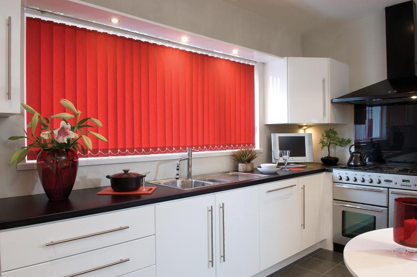 Оконный проем на кухне оформлен с помощью тканевых жалюзи