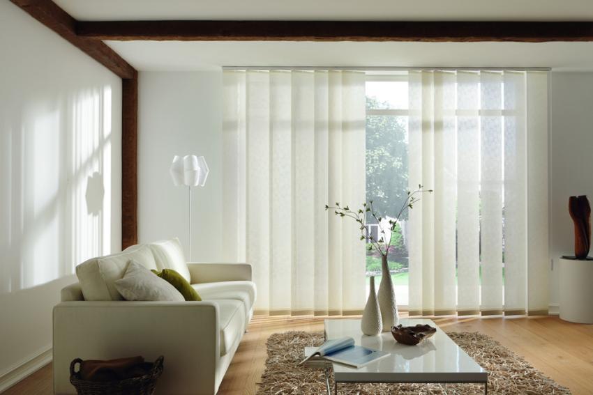 Полупрозрачная ткань оконных жалюзи позволит солнечному свету проникать в помещение