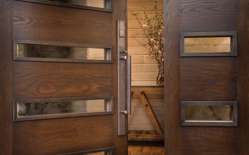 Какие двери выбрать: железные или деревянные зависит от общего внешнего вида дома и бюджета, который будет потрачен на обеспечение безопасности от взлома