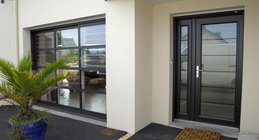 Полуторные двери выглядят очень эффектно и не требуют большого пространства