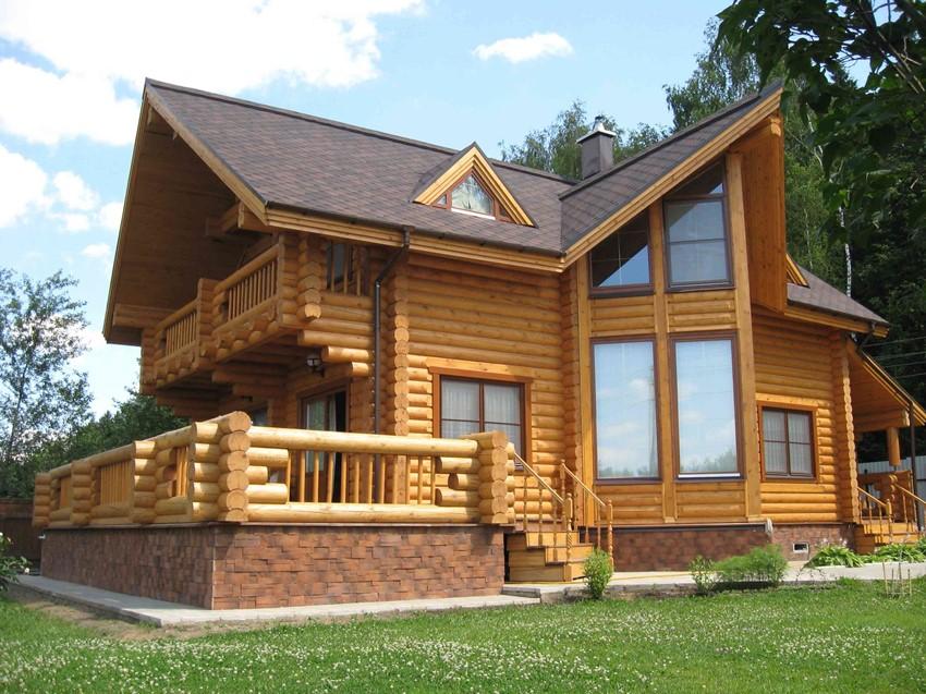 Для сооружения загородного дома с эркером можно использовать натуральный брус
