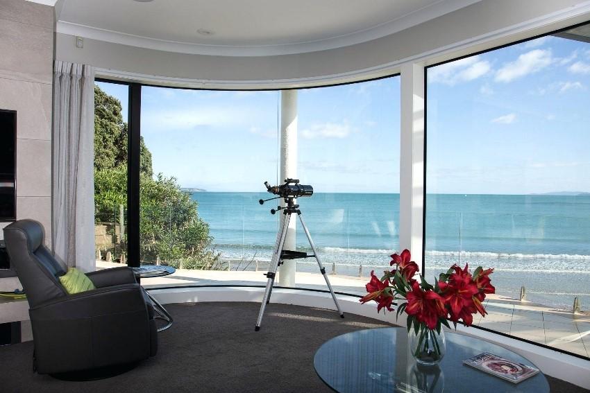 Максимально возможное отсутствие стен в эркере и большие окна дарят ощущение свободы