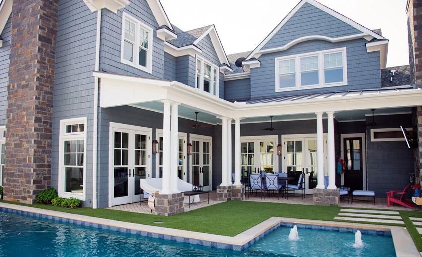 Общий стиль оформления крыш дома и эркера создают гармоничный архитектурный ансамбль