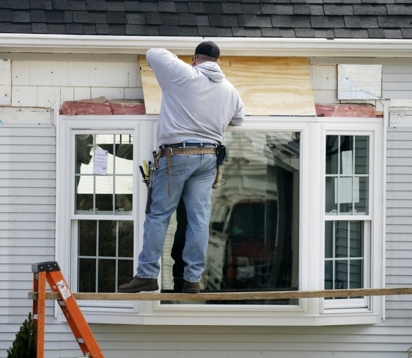 Монтаж эркерных окон возможен на любом этапе строительства дома