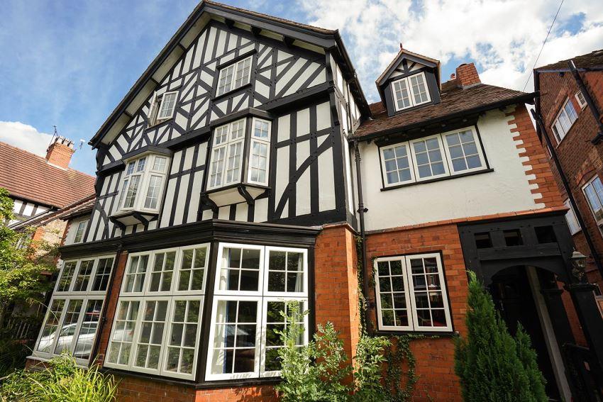 Большие окна в эркере дарят ощущение легкости и воздушности как интерьера, так и экстерьера