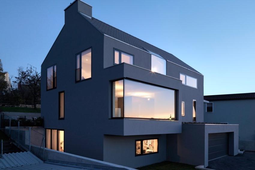 Прямоугольная форма эркера помогает подчеркнуть изысканность и архитектурный стиль дома