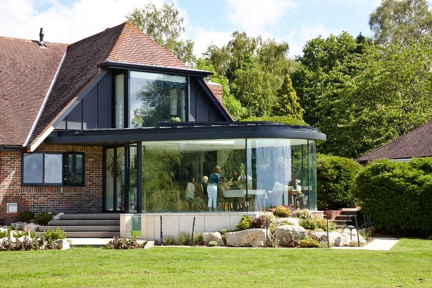 Дом с элегантным стеклянным эркером