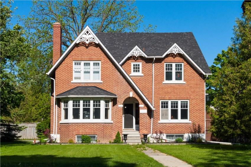 Дома с эркерными конструкциями всегда выглядят стильно и интересно