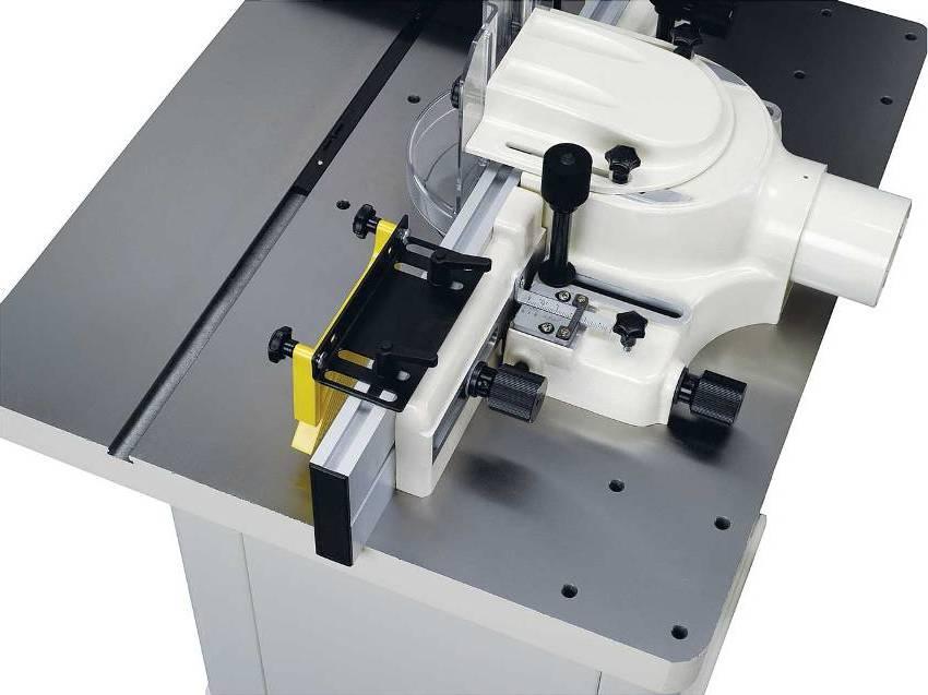 Настольный фрезерный станок, обладающий достаточно высокой функциональностью, может успешно применяться для обработки заготовок из черных и цветных металлов