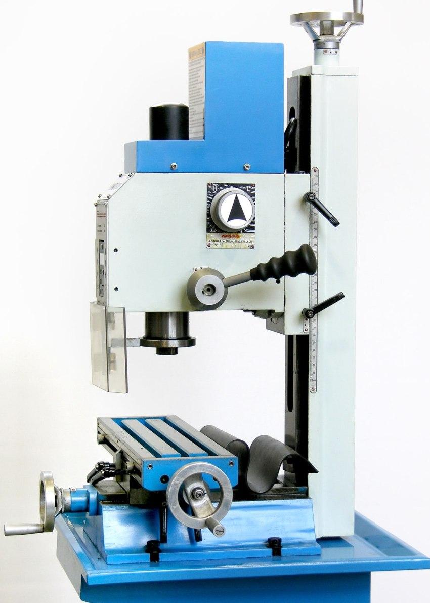 Заготовки, которые необходимо обработать на настольном станке, фиксируются на его рабочем столе, а сама обработка выполняется вращающимся режущим инструментом – фрезой