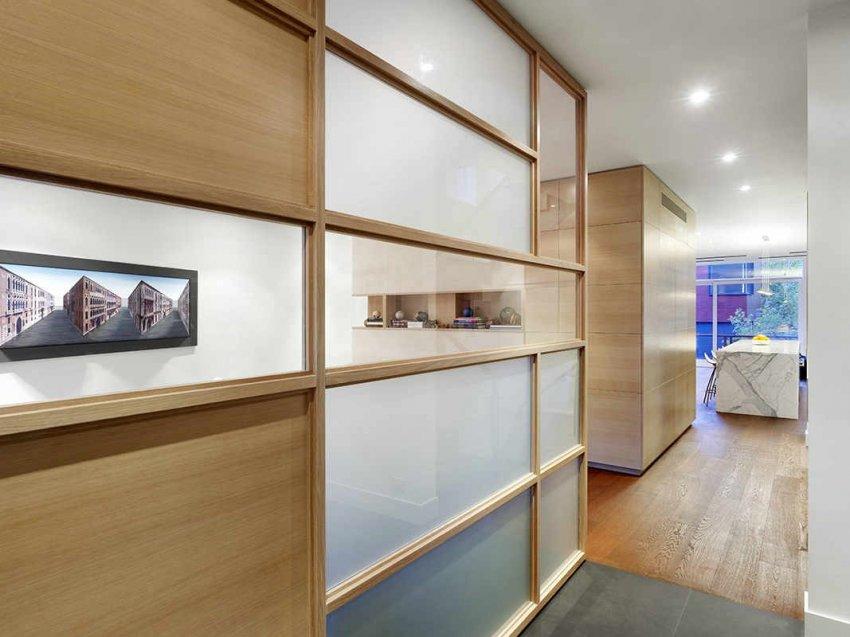 Установив в небольшом коридоре шкаф-купе со стеклянной дверью, можно добиться визуального увеличения пространства
