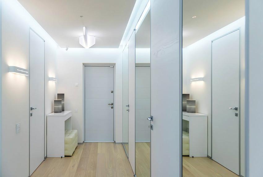 Естественное освещение в малогабаритном коридоре заменит максимальное количество светильников, установленных на стенах или потолке