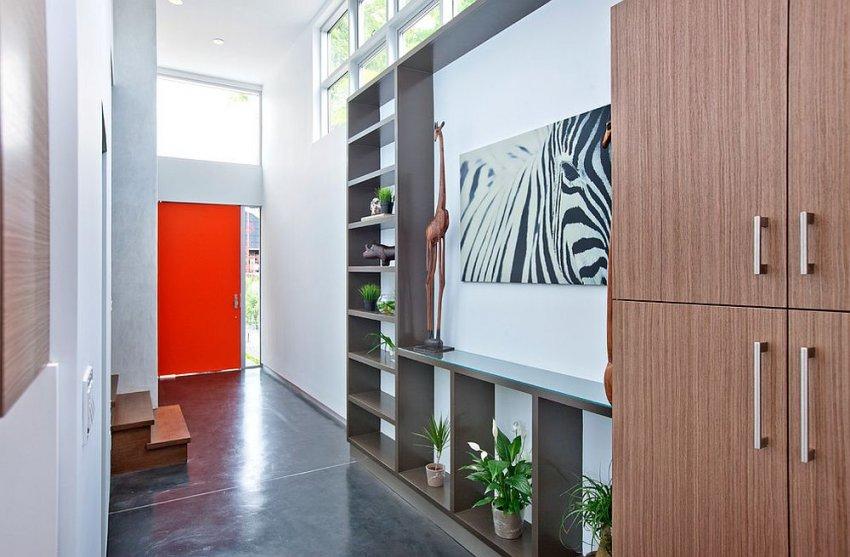 Яркие и смелые тона могут принести разнообразие и неординарность в небольшое помещение коридора