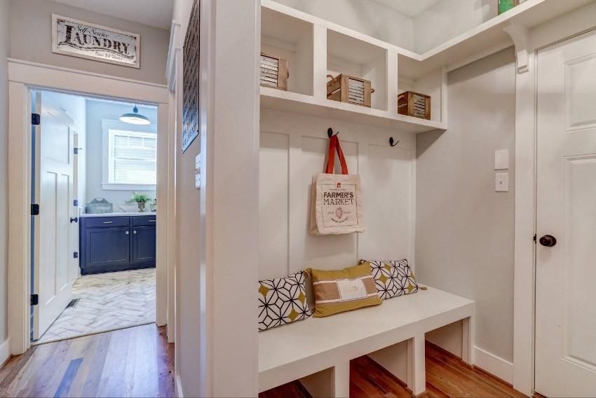 Вместо приобретения шкафов в нишу малогабаритного коридора, конструкцию можно оборудовать полками для личных аксессуаров и обуви
