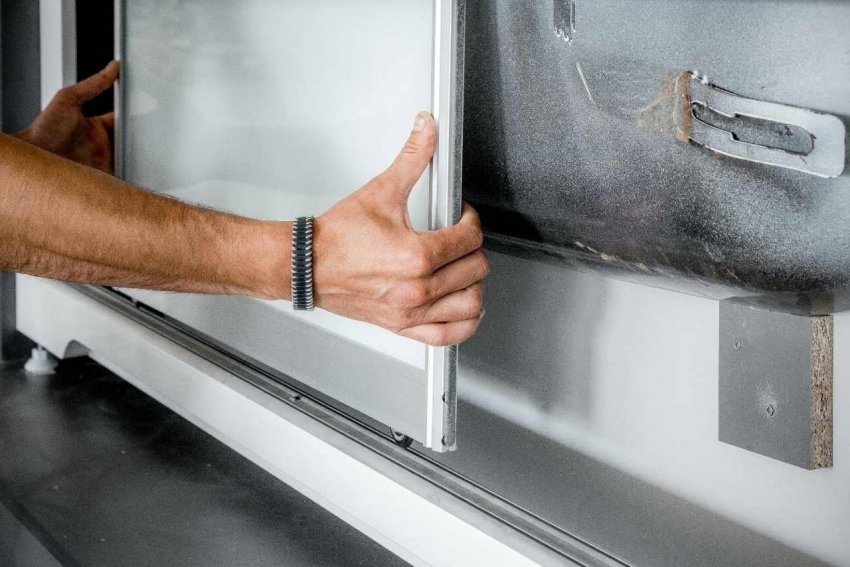 Для пластикового экрана с раздвижными дверками необходимо смонтировать сверху и снизу направляющий Ш-образный профиль