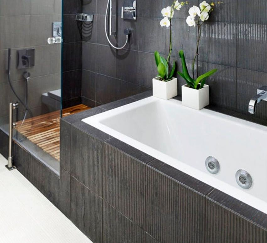 Обычно экран облицовывается той же плиткой, что и вся ванная комната, благодаря чему он отлично вписывается в интерьер помещения