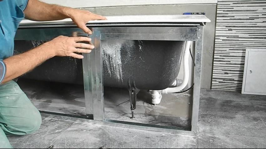 Для надежной фиксации металлического каркаса направляющие для экрана под ванну скручиваются саморезами или при помощи специальных уголков