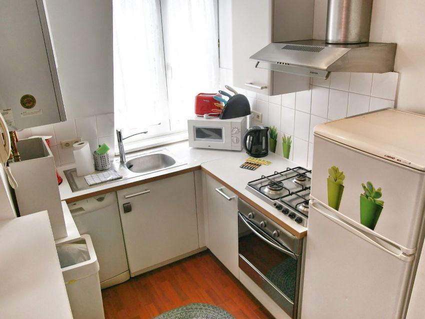 Компактное и функциональное размещение бытовой техники на малогабаритной кухне