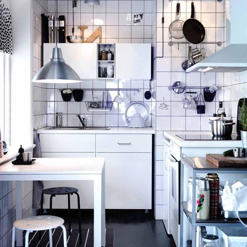 В нише, полученную путем захвата площади ванной, можно установить холодильник или мойку