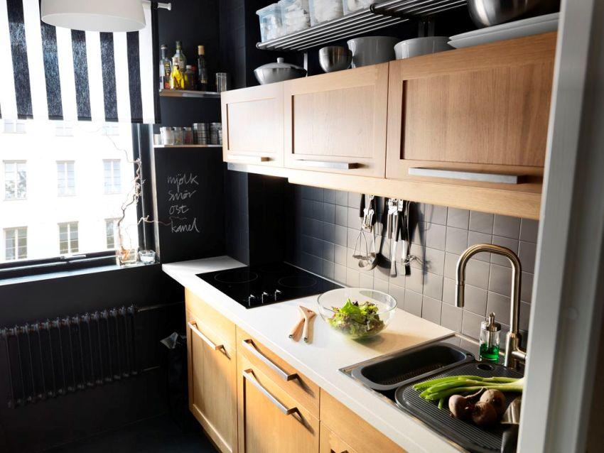 Использование в отделке кухни черного цвета в сочетании с мебелью под натуральное дерево