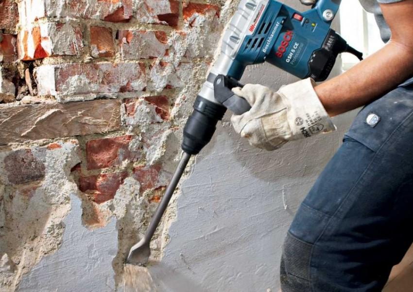 Перед началом ремонта необходимо демонтировать старые коммуникации, трубы, отделочные покрытия