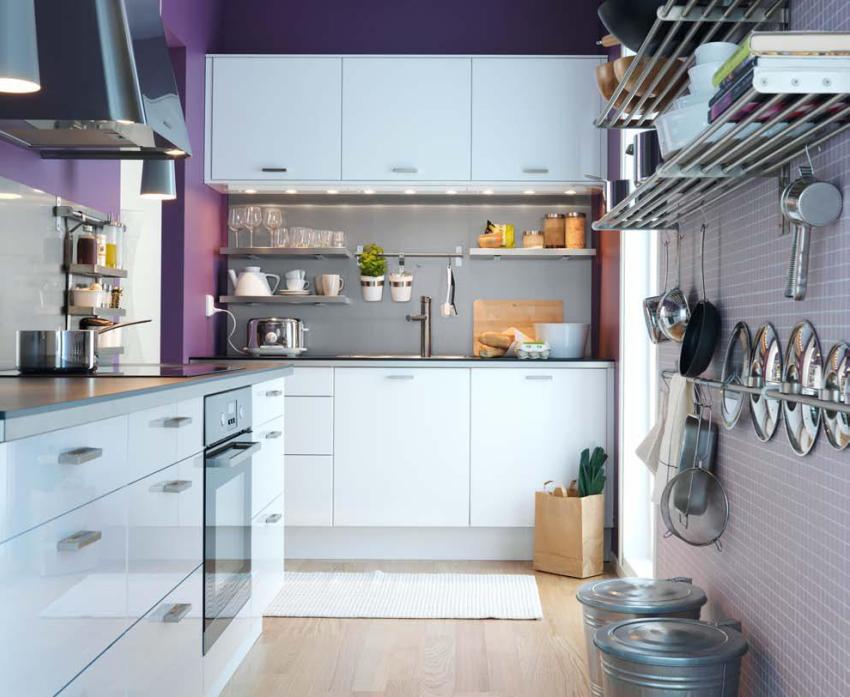 Удачной размещение мебели, открытых полок для хранения и рейлингов на современной кухне