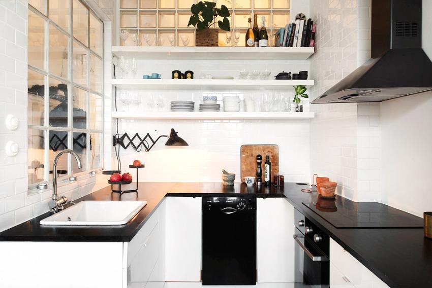 Кухня оформлена просто и лаконично - с использованием стекла и керамики