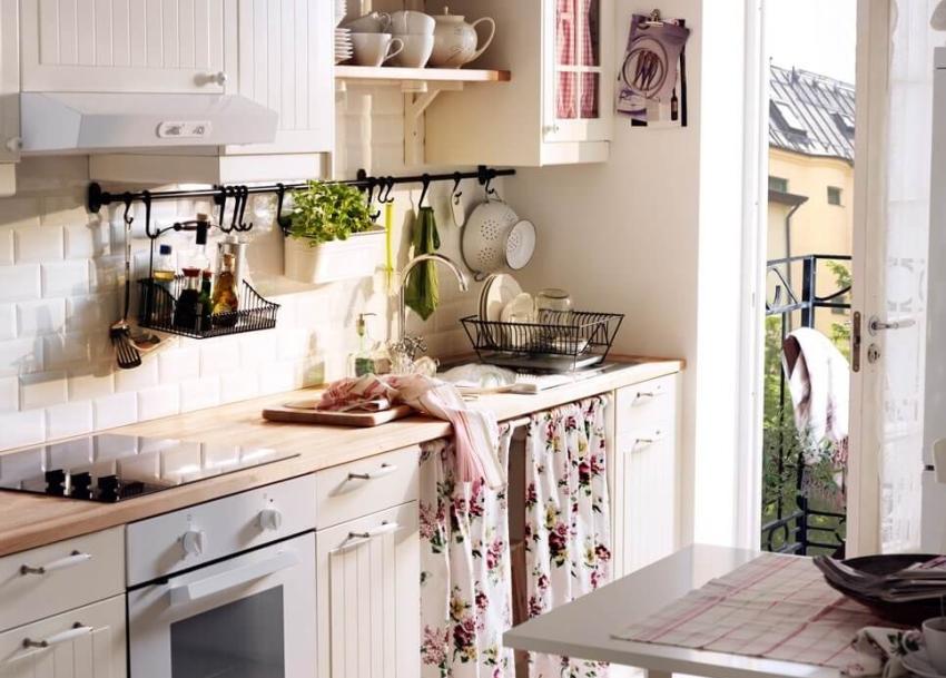 Стиль кантри в молочных тонах гармонично впишется в пространство небольшой кухни