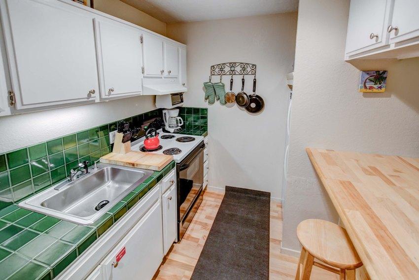 Если на кухне имеется ниша - в ней можно разместить холодильник