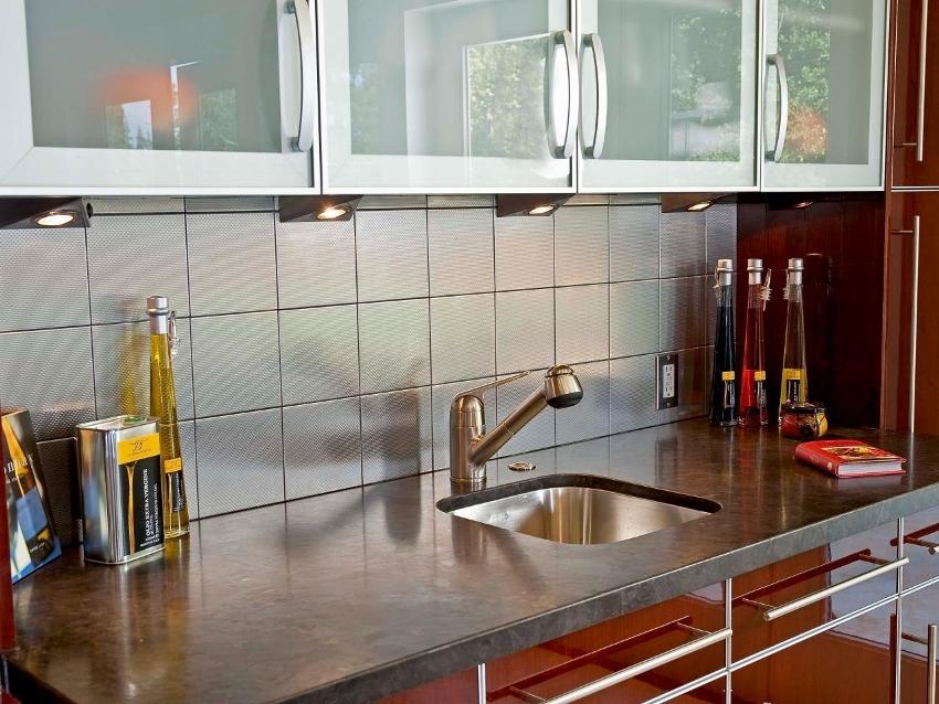 Фартук из плитки и глянцевые поверхности рабочей зоны легкие в уходе и идеально поддаются очистке