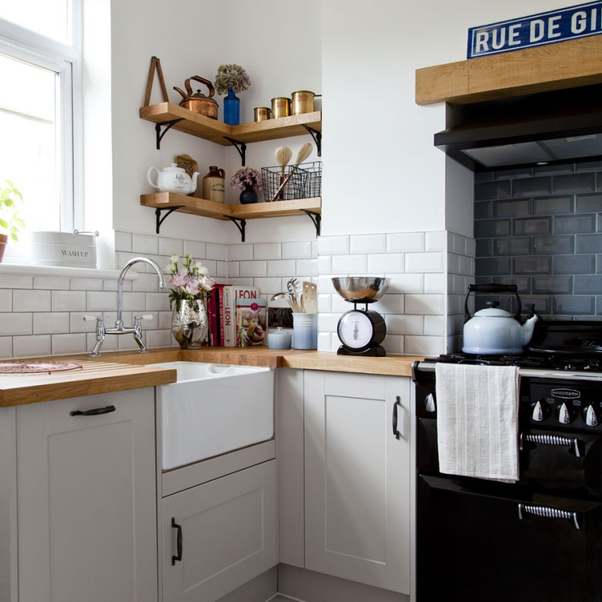Интерьер кухни гармонично дополнен столешницей и вставками из натурального дерева