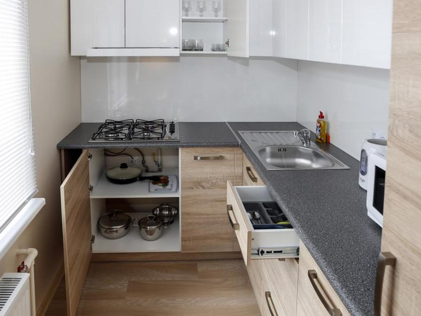 При планировании разводки новых труб и проводов необходимо учитывать расположение функциональных зон кухни