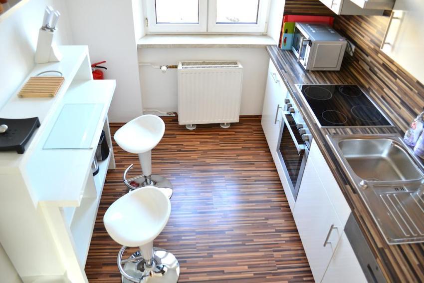 Удачное размещение компактной мебели на маленькой кухне