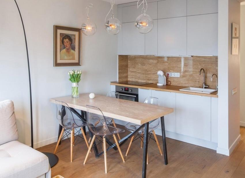 Увеличить площадь помещения можно за счет присоединения кухни к соседним комнатам