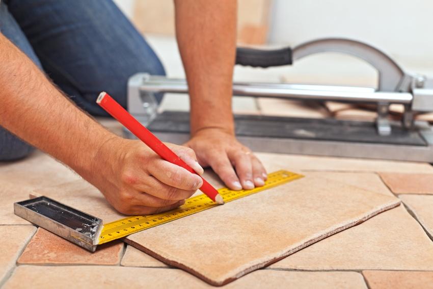 Для более точного распила на плитке делается необходимая разметка