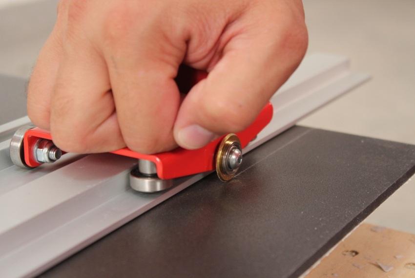 В зависимости от конструкции, плиткорез может делать линии для разлома, откусывать края или полностью распиливать плитку