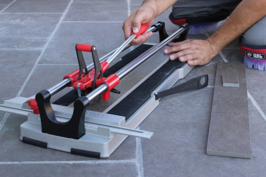 Полупрофессиональные модели плиткорезов позволяют делать в плитке фигурные отверстия