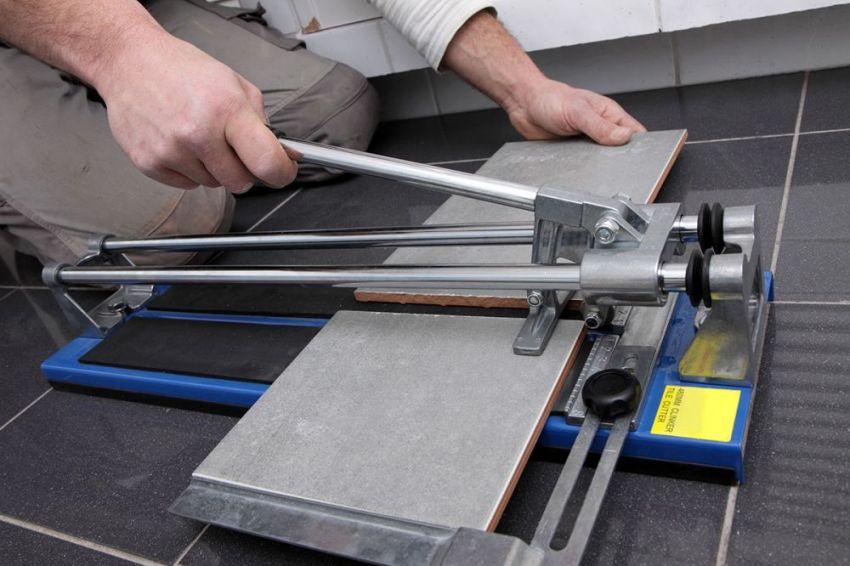 Инструмент для резки керамогранита имеет более длинную рукоятку