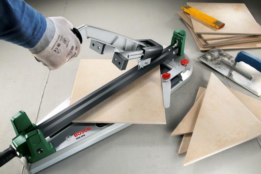 Некоторые модели плиткорезов позволяют резать плитку по диагонали