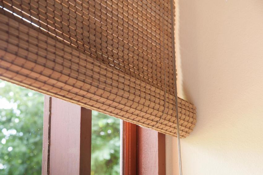 Рулонные жалюзи из бамбуковой соломки производятся из множества ее видов и сортов разной фактуры и оттенков, с переплетением льняных или шёлковых нитей