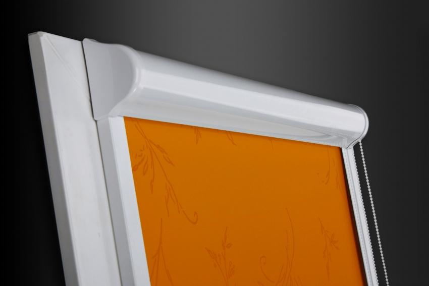 Рулонные шторы закрытого типа имеют управление, которое осуществляется с помощью цепочного механизма или автоматического пульта