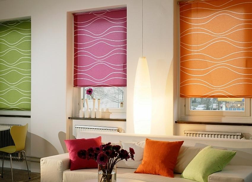 Рулонные шторы в современном интерьере практически любого стилевого решения наилучшим образом сочетаются с пластиковыми окнами, поскольку здесь гармоничны и стиль, и техническая сторона